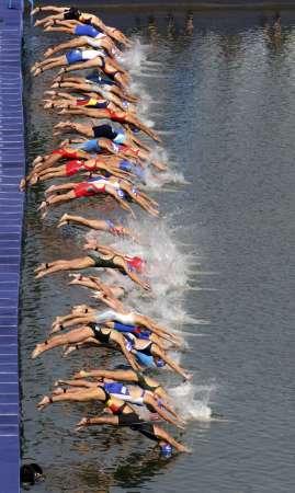 图文-奥运会女子铁人三项决赛 各路选手出发