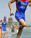 图文-奥运会男子铁人三项决赛 快速上岸