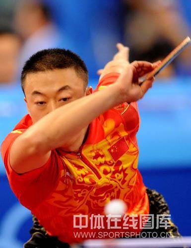 图文-乒乓球中国男团出征预赛 马琳双眼紧盯来球