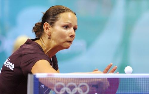 图文-乒乓球女单预赛 立陶宛运动员准备扣球