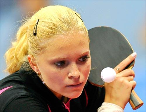 图文-乒乓球女单预赛 准备削球