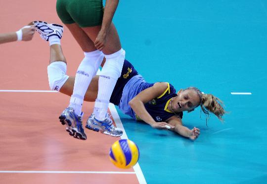 图文-女排预赛巴西胜俄罗斯 奥利韦拉奋力救球