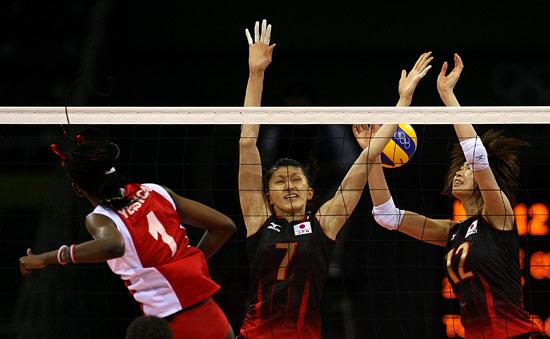 图文-女排预赛日本胜委内瑞拉 委内瑞拉队扣球成功