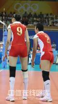 图文-[奥运]中国女排2-3古巴 两人低语商量对策