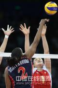 图文-女排小组赛中国VS美国 王一梅单人拦网