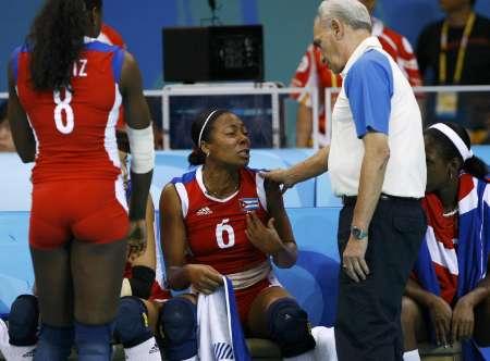 图文-奥运女排半决赛古巴0-3美国 教练安慰队员