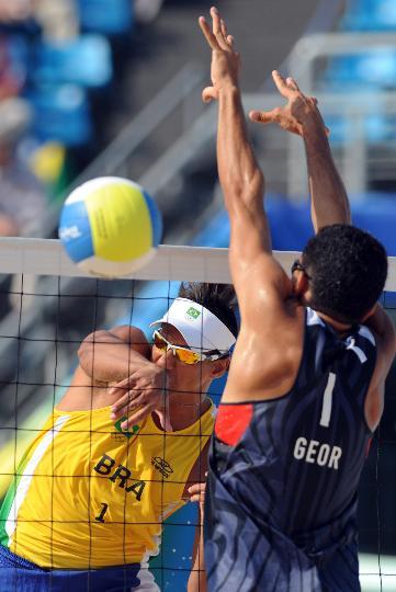 图文-巴西选手获铜牌 桑托斯在比赛中扣球