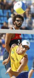 图文-巴西组合摘得男子沙滩排球铜牌 来个回头望月