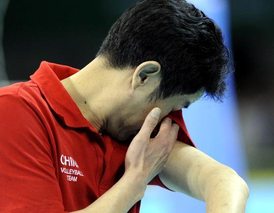 图文-女子排球中国队获得铜牌 激动的泪水洒赛场