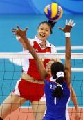 图文-女子排球中国队获得铜牌 这球铁定得分了