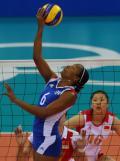 图文-女排季军之争中国vs古巴 跳起轻抹排球
