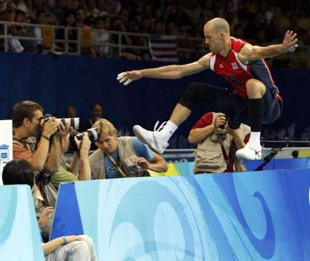 图文-奥运会男排决赛美国vs巴西 跳到场外救球