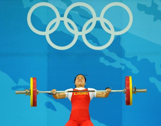图文-举重女子58公斤级决赛赛况 陈艳青提起杠铃