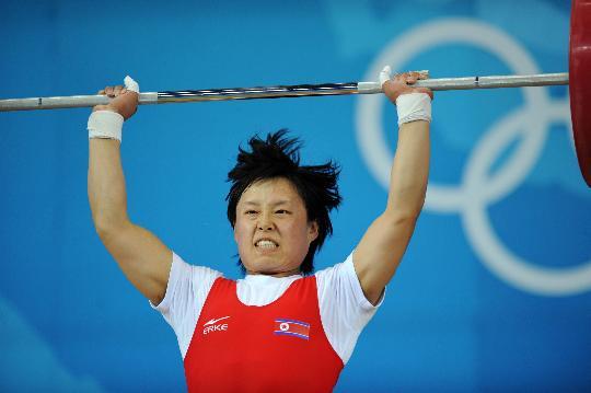 图文-女举58公斤级决赛赛况 吴贞爱在比赛中