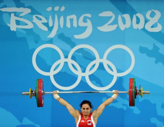 图文-举重女子58公斤级决赛赛况 贝加伊在比赛中