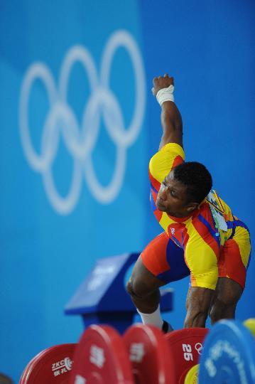 图文-举重男子62公斤级决赛赛况 菲格罗亚在比赛中