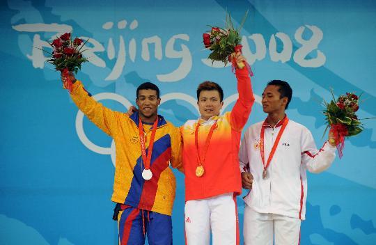 图文-举重62公斤级张湘祥夺金 三人来张合影