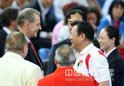 图文-女举刘春红破纪录夺金 对中国队表示祝贺