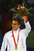 图文-奥运会古典摔跤66公斤级决赛 微笑举起鲜花
