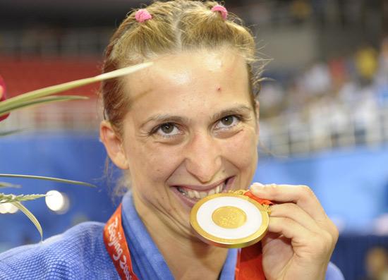 图文-奥运柔道女子48公斤级 杜米特鲁品尝金牌滋味