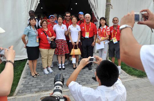 """图文-奥运村里的""""同心结""""合唱团 和志愿者合影"""
