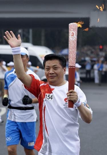 图文-奥运圣火在北京首日传递 火炬手钮小桦