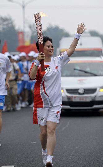 图文-奥运圣火在北京首日传递 火炬手袁斌传递
