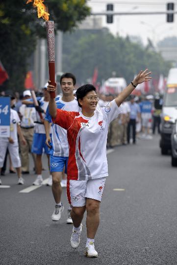 图文-奥运圣火在北京首日传递 火炬手袁爱俊