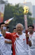 图文-奥运圣火在北京首日传递 火炬手吴敬琏