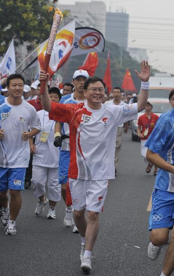 图文-奥运圣火在北京首日传递 火炬手谢飞波