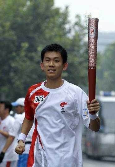图文-奥运圣火在北京首日传递 火炬手李昕�D