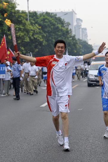 图文-奥运圣火在北京首日传递 火炬手王彪