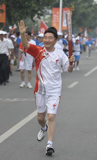 图文-奥运圣火在北京首日传递 火炬手徐志军