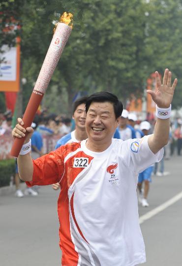 图文-奥运圣火在北京首日传递 火炬手刘正学