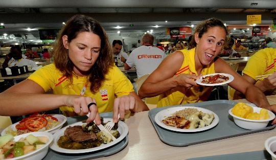 图文-写在北京奥运会开幕前夕 运动员在餐厅用餐