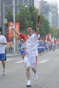 图文-奥运圣火在北京首日传递 火炬手张旭