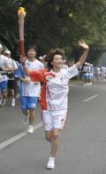 图文-奥运圣火在北京首日传递 火炬手耿贞晖