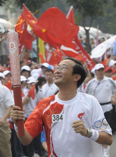 图文-奥运圣火在北京首日传递 火炬手陈章良