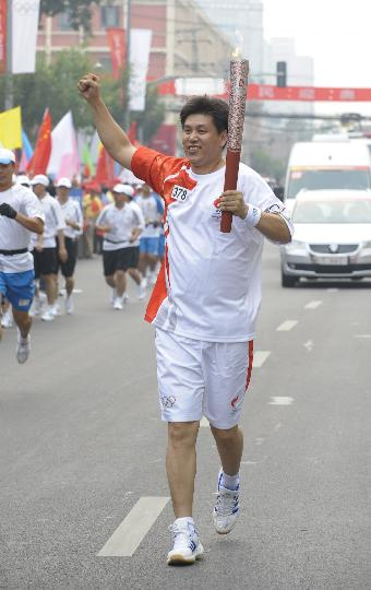 图文-奥运圣火在北京首日传递 火炬手包川