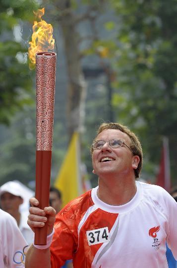 图文-奥运圣火在北京首日传递 火炬手瑞士人巴杜