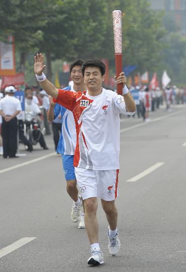图文-奥运圣火在北京首日传递 火炬手张建忠