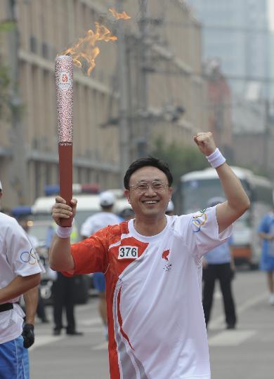 图文-奥运圣火在北京首日传递 火炬手王刚