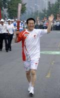 图文-奥运圣火在北京首日传递 火炬手陈德烨