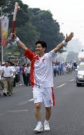 图文-奥运圣火在北京首日传递 火炬手董学法