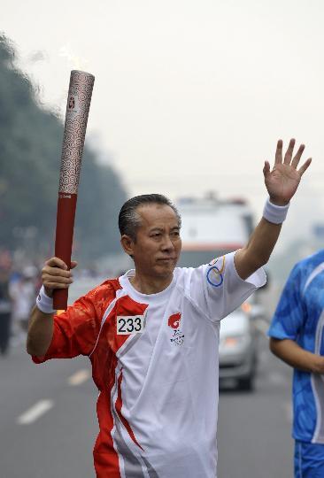 图文-奥运圣火在北京首日传递 火炬手郭仲恭