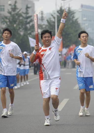 图文-奥运圣火在北京首日传递 火炬手李希田