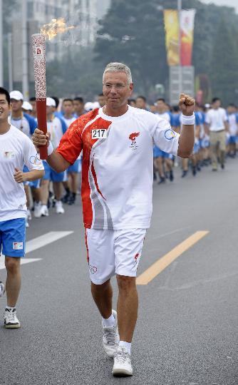 图文-奥运圣火北京首日传递 火炬手罗杰