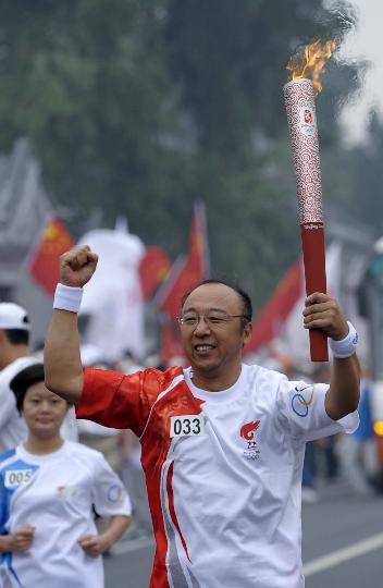 图文-奥运圣火北京首日传递 火炬手孟令迪