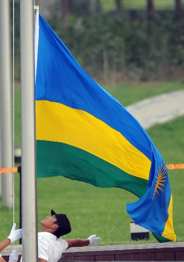 图文-各国代表团举行升旗仪式 卢旺达国旗徐徐升起