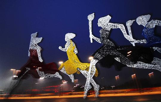 图文-北京奥运倒计时24小时 雕塑静静等待黎明